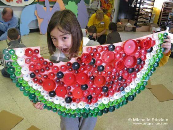 Riesige Melone aus Flaschendeckeln und aus Pappe basteln