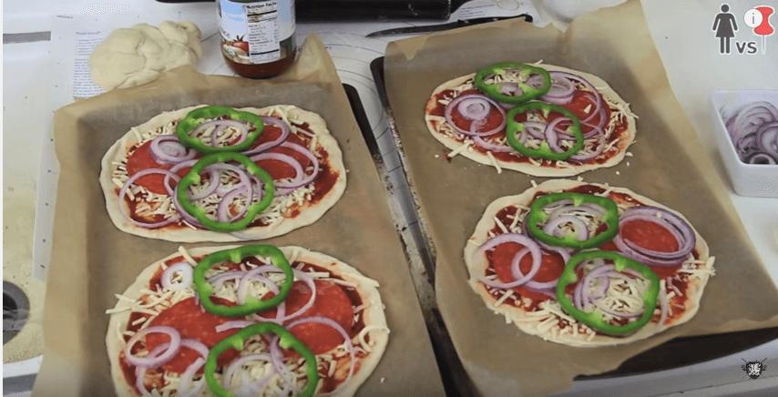 Paprika, Zwiebeln, Käse auf den Pizzateig legen - einfache Partyrezepte