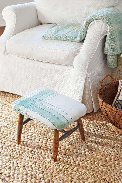 Hockerbezug selber machen- Möbel beziehen mit Tischtüchern