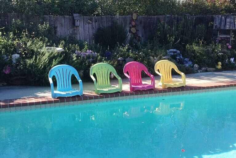 Stühle umbauen - bunte DIY Swimming-Pool-Stühle