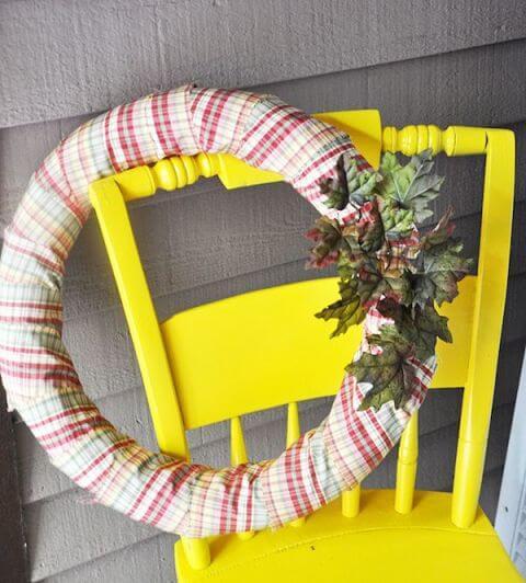 DIY Dekoration Bastelidee-Kranz aus einer Schwimmnudel basteln