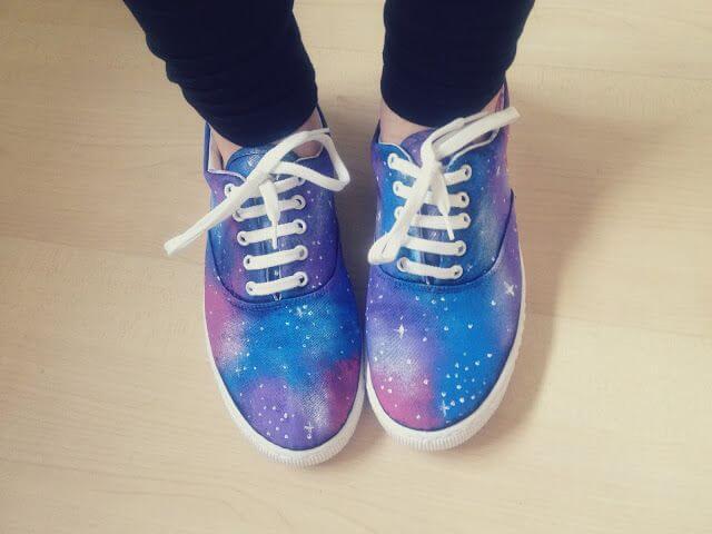 Schuhe mit Milchstraßen-Design selber machen