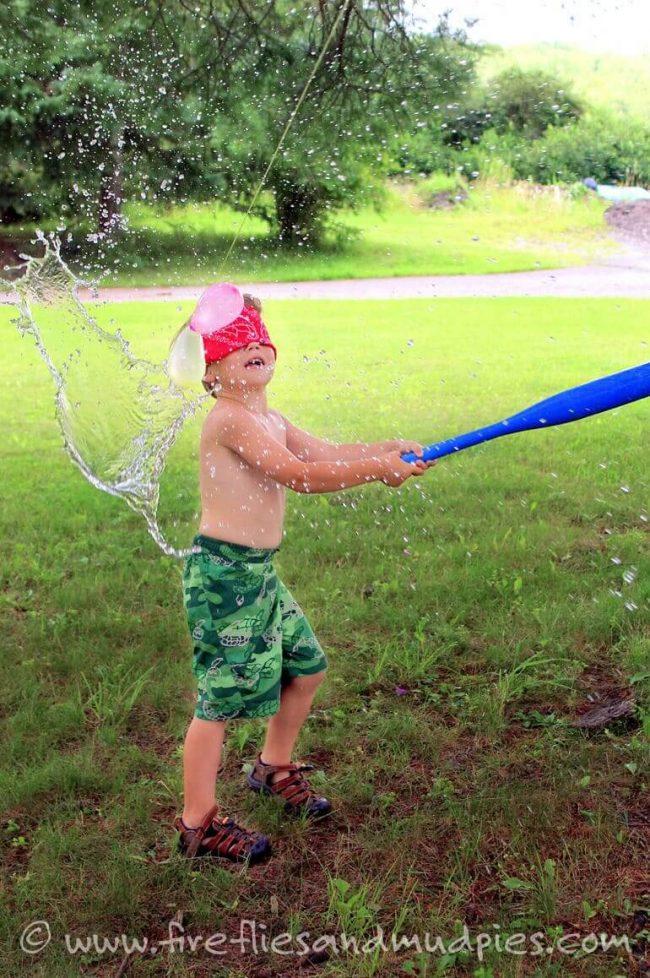 Wasserballon-Schlagen - Gartenspiel für Kinder im Sommer