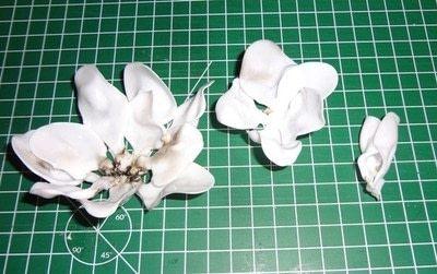 MIt einer Heißklebepistole die Blüten zusammenkleben