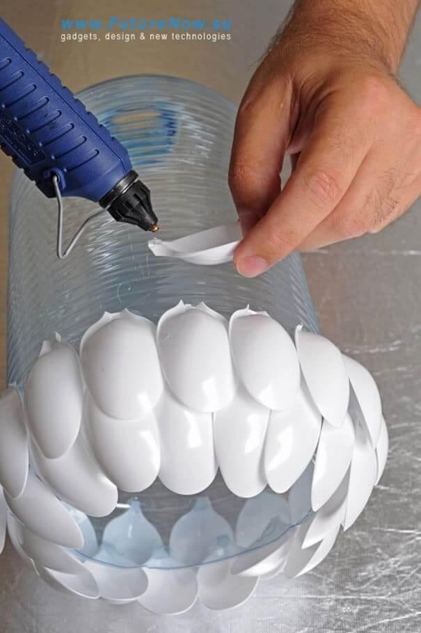 Plastiklöffel an leeren Flaschen kleben - DIY Lampe