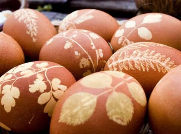 Ostereier mit getrockneten Pflanzen verschönern