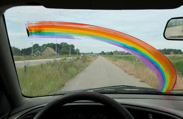Regenbogen auf der Windschutzscheibe