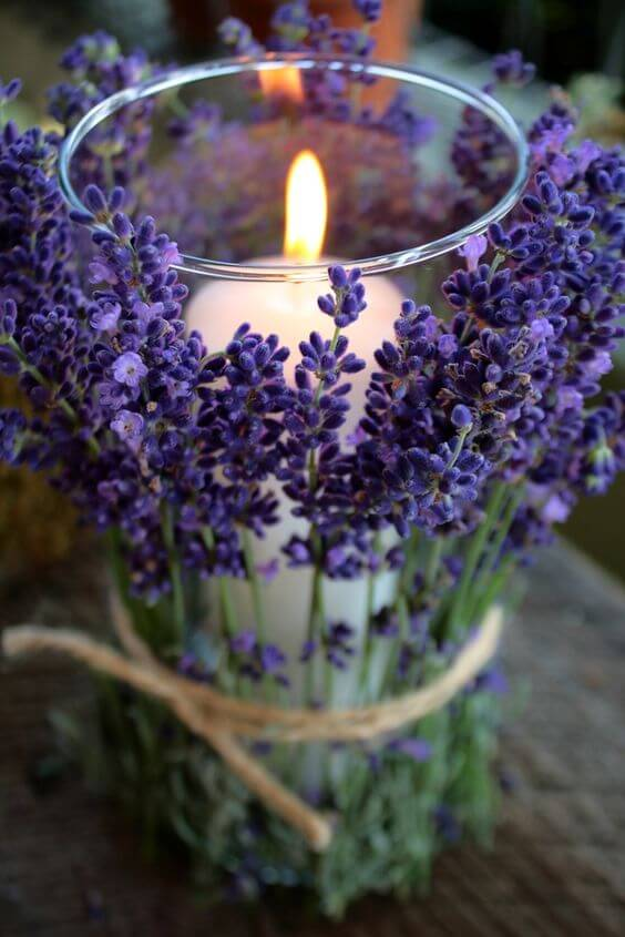 Kerze mit Lavendel-Deko