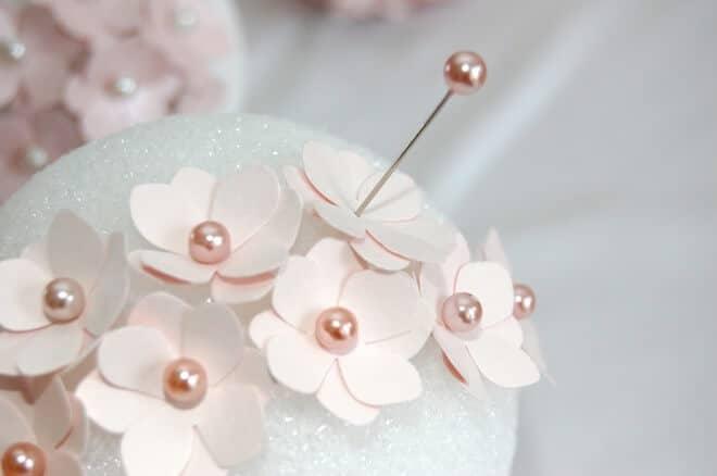 Blumenförmchen mit Perlen in Styroporbällen stechen