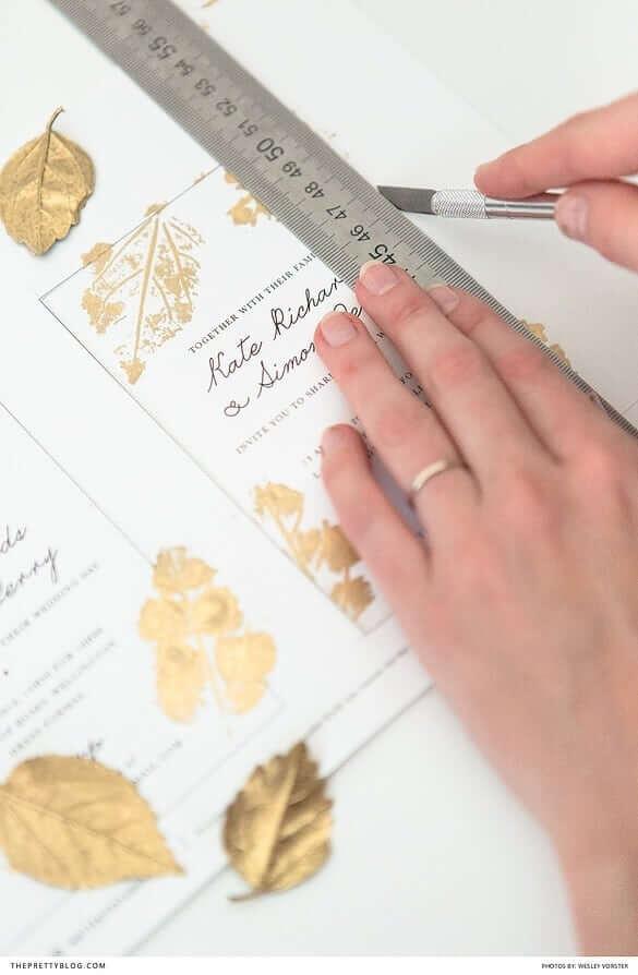 Selbst gemachte Hochzeitseinladungen mit Goldeffekt