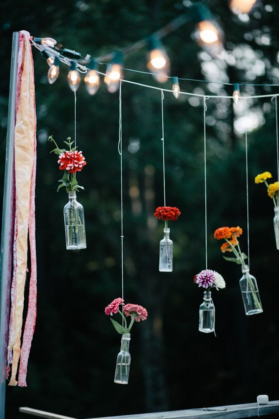 Blumen in Glasvasen - Gartenparty-Deko-Ideen