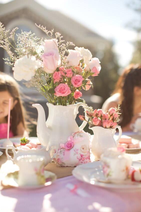 Tee-Party Ideen mit Teekannen und Blumen
