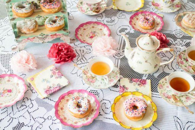 Tisch decken für deine Tee-Party - bunte Teller und Leckereien