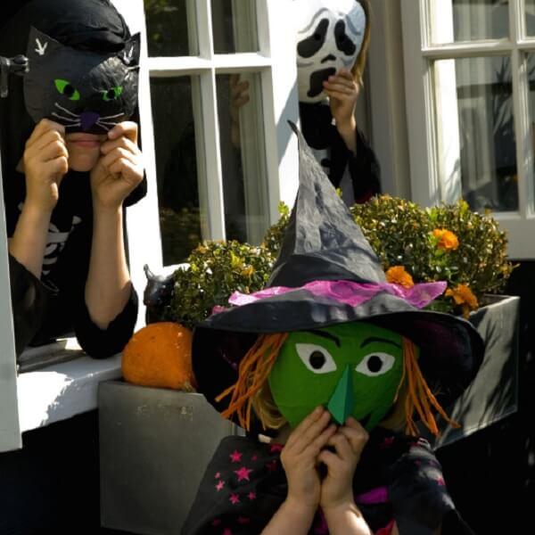 Selbstgemachte Halloween Masken aus Zeitungspapier