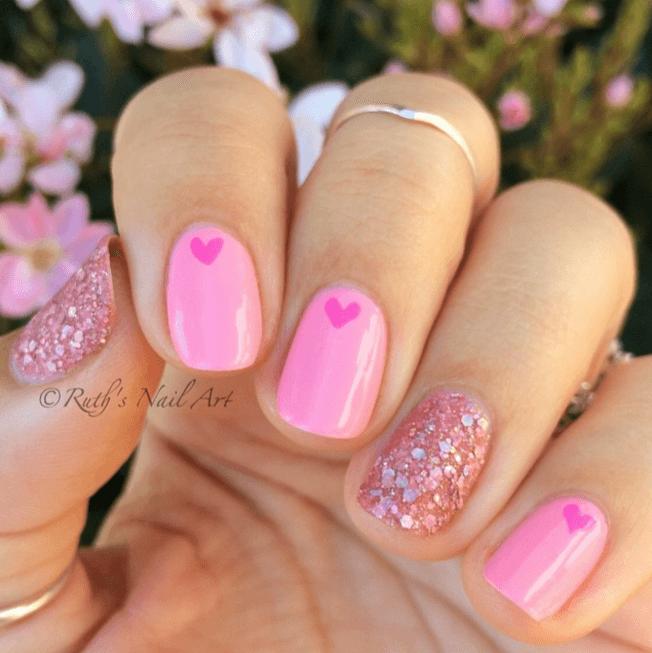 DIY Nageldesign Ideen zum Valentinstag, Nägel bemalen mit Pink und Glitzer