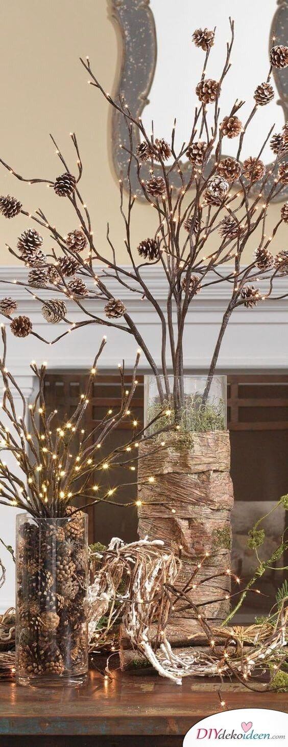 DIY Tischdeko Ideen zu Weihnachten, Tannzapfen auf Zweige kleben und mit einer Lichterkette beleuchten, Leuchtende Tannzapfen Deko selber machen