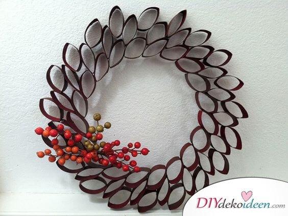 DIY Weihnachtsdeko Ideen, Weihnachtskranz, Türdeko aus Papierrollen