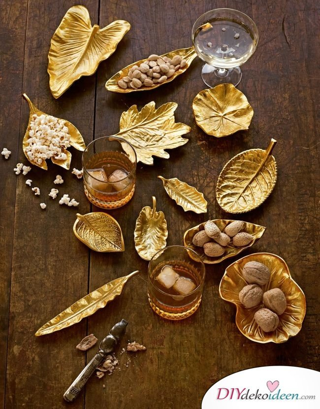 DIY Tischdeko Ideen zu Weihnachten, goldige getrocknete Blätter als Schalen verwenden