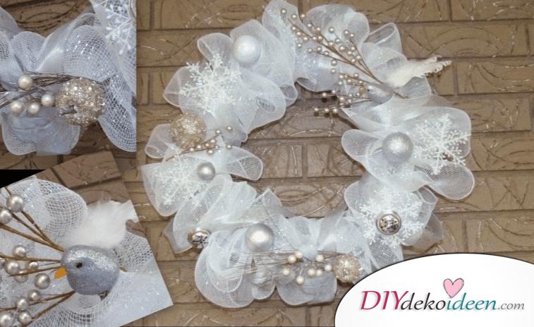 DIY Weihnachtsdeko Ideen, Weihnachtskranz, Türdeko aus Maschen, Schneeflocken und Weihnachtskugeln