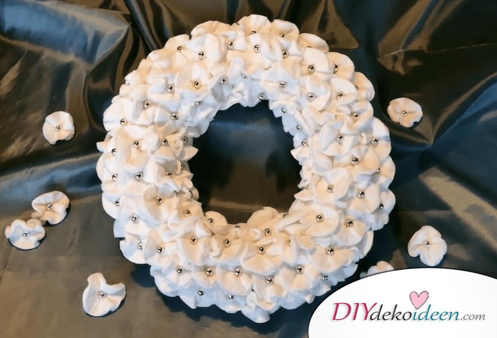 DIY Weihnachtsdeko Ideen, Weihnachtskranz, Türdeko aus Wattepads, Blumenkranz