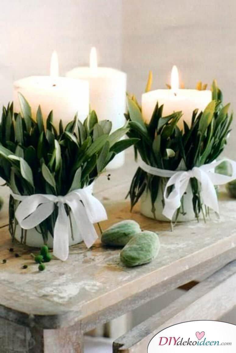 DIY Tischdeko Ideen zu Weihnachten, Kerzen mit Blättern, Natur-Deko auf den Tisch