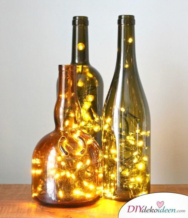 DIY leuchtende Wohndeko-Ideen, Weinflasche mit Lichterkette bastlen