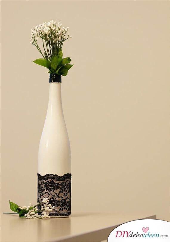 DIY Weihnachtsdeko Bastelideen mit Weinflaschen, Elegante Deko mit Spitze