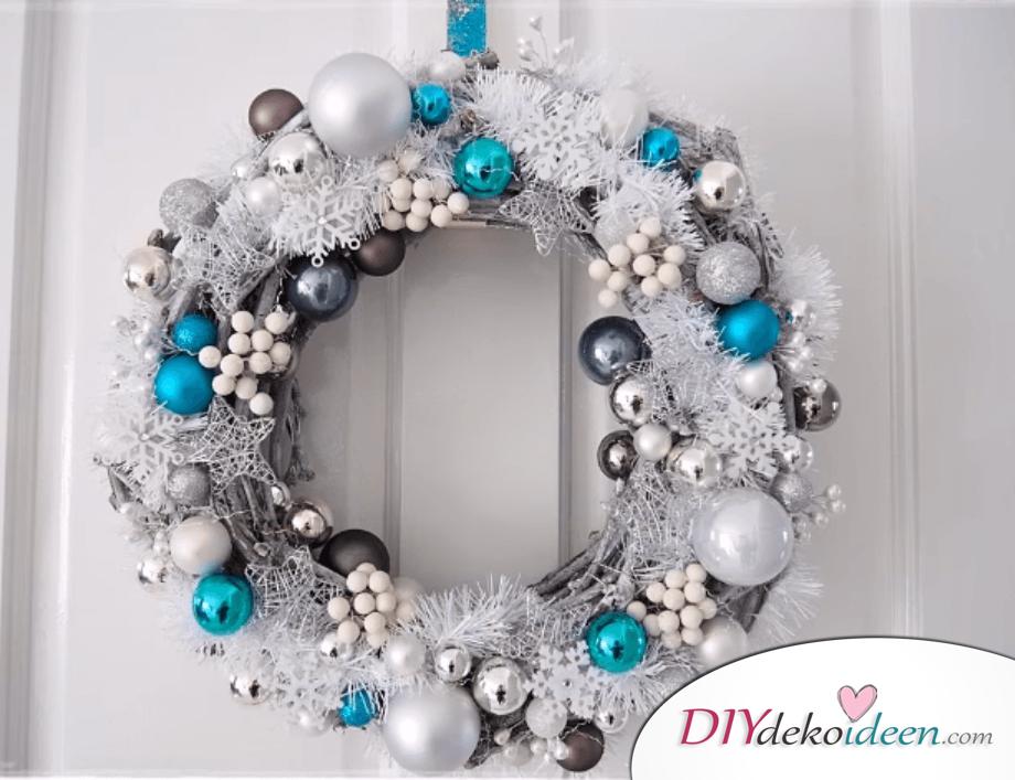 DIY Weihnachtsdeko Ideen, Weihnachtskranz mit Sternen, Schneeflocken und Weihnachtskugeln