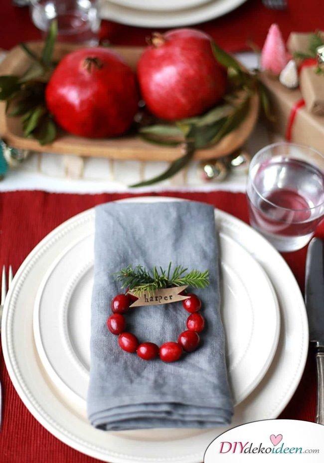 DIY Tischdeko Ideen zu Weihnachten, Serviettenring, Deko mit Sitzkarte aus Beeren