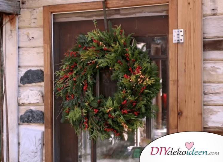 DIY Weihnachtsdeko Ideen, Weihnachtskranz aus Tannenzweigen und Zierbeeren