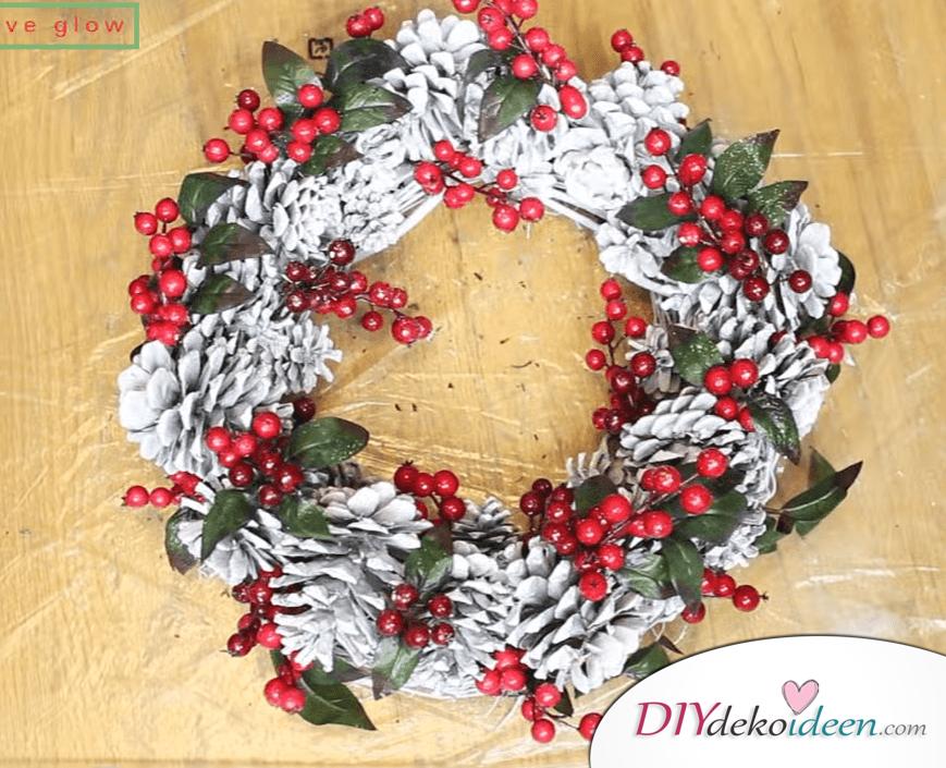 DIY Weihnachtsdeko Ideen, Weihnachtskranz, Türdeko aus Tannzapfen und Beeren