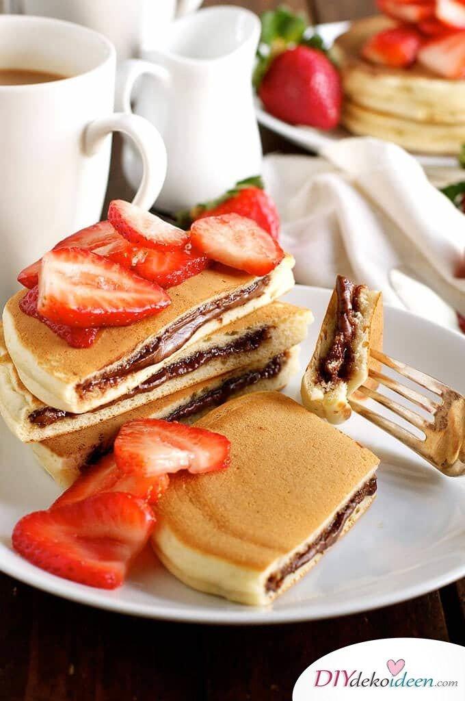 Leckeren Ersbeer-Pfannkuchen mit Nutella seriveren