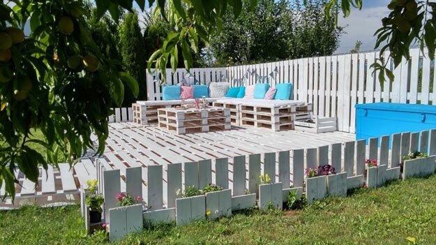 Sommer-Lounge aus Europalette bauen - Bunte Kissen und Pflanzen