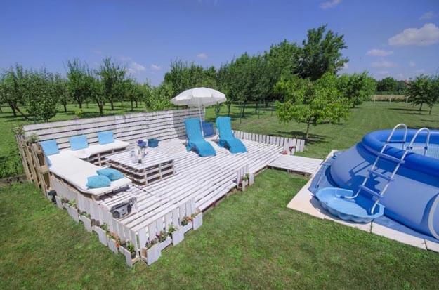 Sommer-Lounge aus Europaletten mit Pool