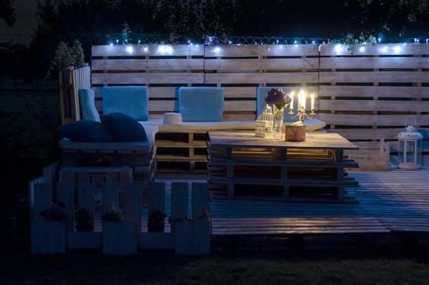 Sommer-Lounge aus Europalette mit Lichterketten