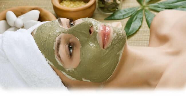 Matcha Gesichtsmaske auftragen, Hausmittel gegen große Poren
