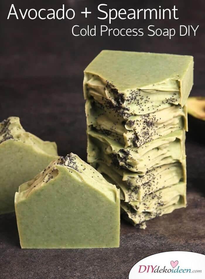 DIY Naturkosmetik Seife selber machen Avocadoseife mit Minze gegen Falten
