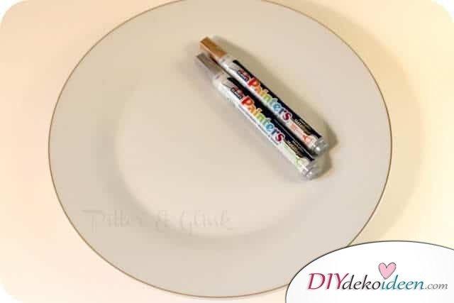 Weihnachtsdeko zum Selbermachen, Teller mit Stiften selber bemalen, DIY Weihnachtsdeko Bastelideen