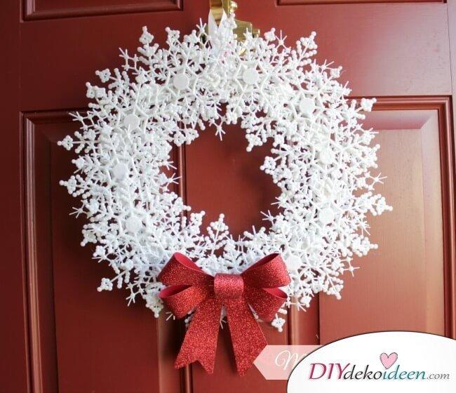 DIY Weihnachtsdeko Bastelideen, Schneeflockenkranz basteln, Tolle Deko für deine Tür