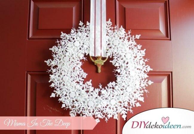 DIY Weihnachtsdeko Bastelideen, weißen Schneeflockenkranz basteln, Tolle Deko für deine Tür