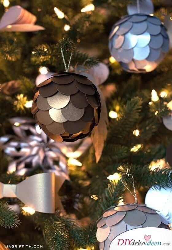 Weihnachtsdeko zum Selbermachen, glänzende Weihnachtsbaumkugel mit Metalloptik, DIY Weihnachtsdeko Bastelideen