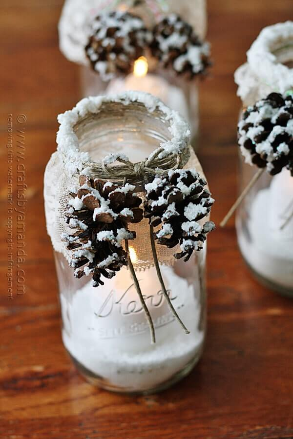 Weihnachtsdeko zum Selbermachen, glänzende Kerzengläser mit Schneespray, DIY Weihnachtsdeko Bastelideen