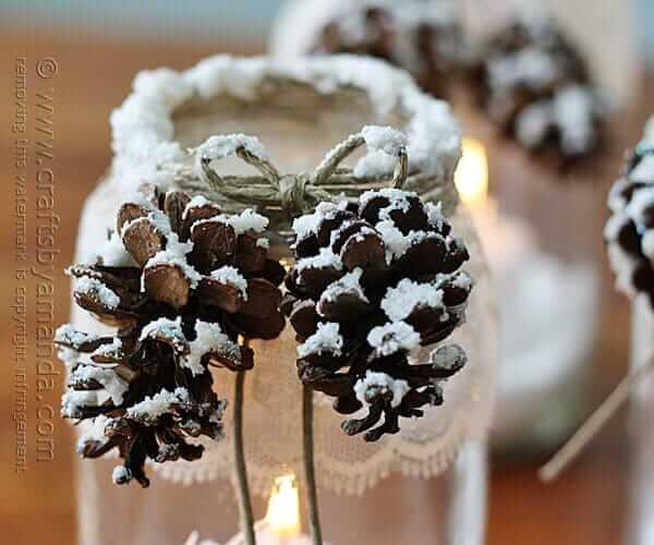 Weihnachtsdeko zum Selbermachen, glänzende Kerzengläser mit Schneespray und Tannenzapfen, DIY Weihnachtsdeko Bastelideen