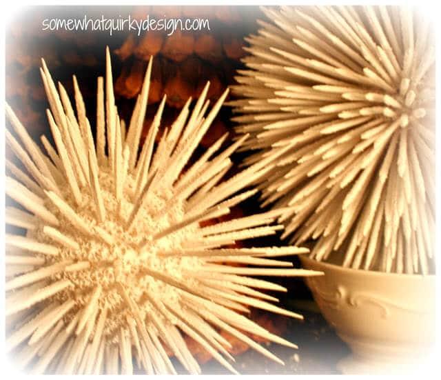 Weihnachtsdeko zum Selbermachen, glitzernde Schneebälle Dekoration aus Holzstäbchen basteln
