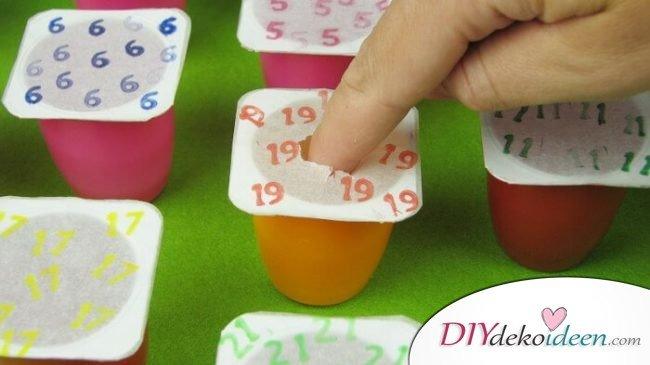 Adventskalender selber basteln, Joghurtbecher wiederverwenden, ökologischer Weihnachtskalender für Kinder und Babys
