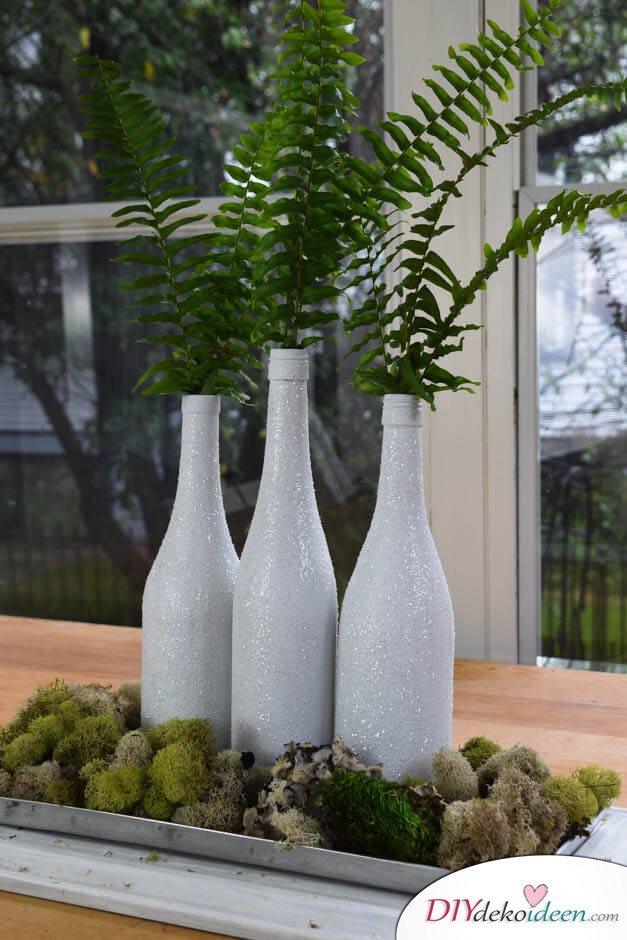 DIY Weihnachtsdeko Bastelideen mit Weinflaschen, Weiße Glitzer-Vase