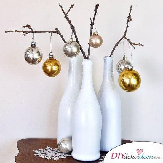 DIY Weihnachtsdeko Bastelideen mit Weinflaschen, weiße Vase mit Schneeoptik