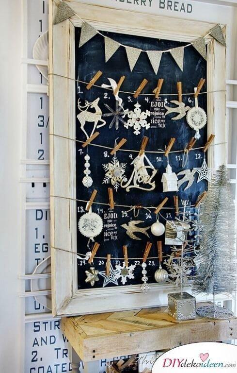 Adventskalender selber basteln, Kreidentafel und Wäscheklammer, Weihnachtsdekoration