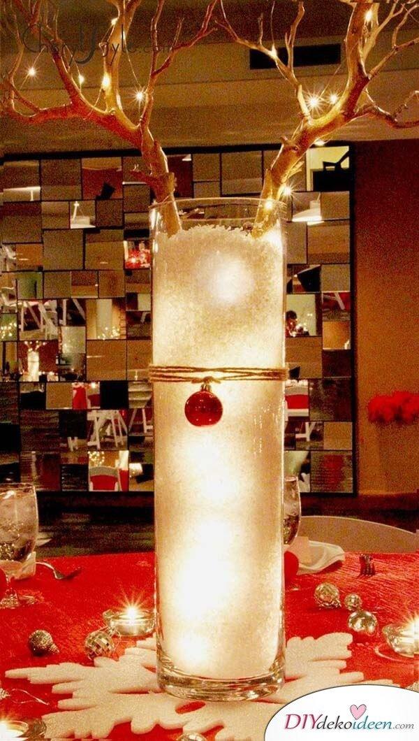 DIY Tischdeko Ideen zu Weihnachten, Rentier aus einer Vase gestalten, Baumzweige und Kunstschnee, Lichterketten-Geweih
