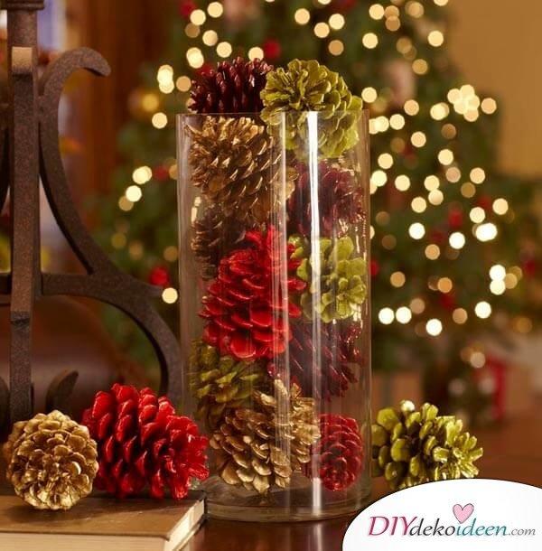 DIY Tischdeko Ideen zu Weihnachten, Tannzapfen mit Farbenspray und Glitzer besprühen, Vasen-Deko